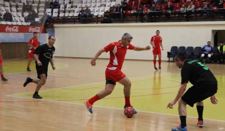 Jucătorii de la Municipal (echipament roşu) nu au cedat în duelul cu Athletic Club 1973