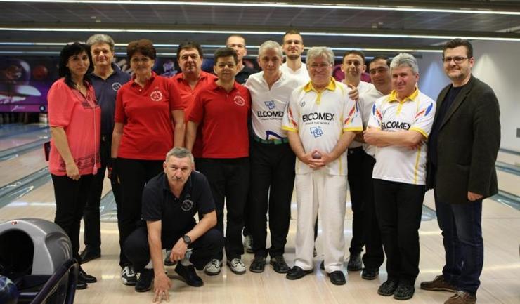 Jucătorii de la Elcomex Cernavodă (tricouri albe) și de la Sport's Palace Constanța, înaintea meciului disputat duminică