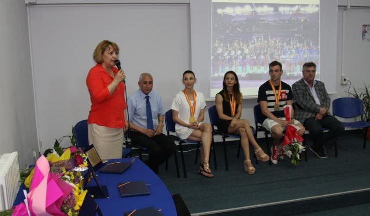 Scurta festivitatea de premiere oficiată la Facultatea de Educație Fizică și Sport i-a emoționat pe cei trei medaliați de la CM de gimnastică aerobică, Oana Corina Constantin, Bianca Maria Gorgovan și Dacian Barna