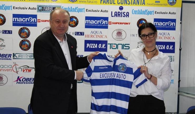 Marcel Lică a oferit directorului de marketing Camelia Ciciu un fular în culorile grupării constănțene și un tricou de joc al liderului din Liga a IV-a