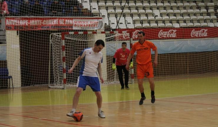 """Sorin Cealera (în alb-albastru) a înscris primul său gol pentru Telegraf la actuala ediţie în turneul """"ultra old-boys"""""""
