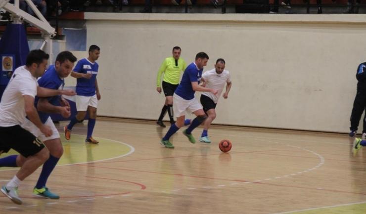 Săgeata Stejaru (tricouri albastre) a trecut cu 4-1 de Macedonia Ovidiu
