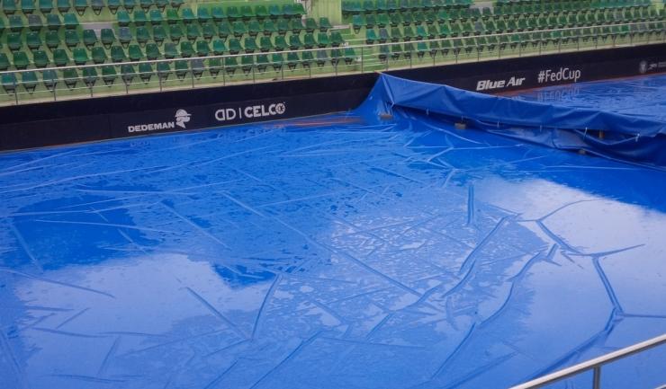 Timpul nefavorabil a obligat organizatorii să protejeze zgura de ploaie