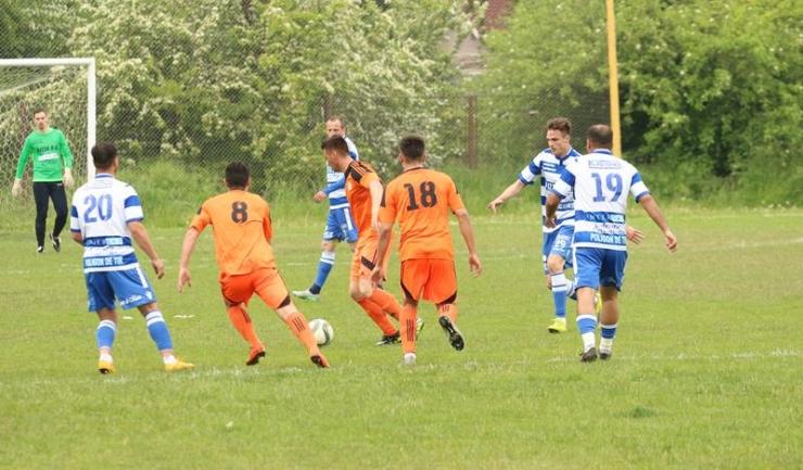 Jucătorii de la SSC Farul Constanța (echipament alb-albastru) nu mai pot pierde primul loc în Liga a IV-a la fotbal