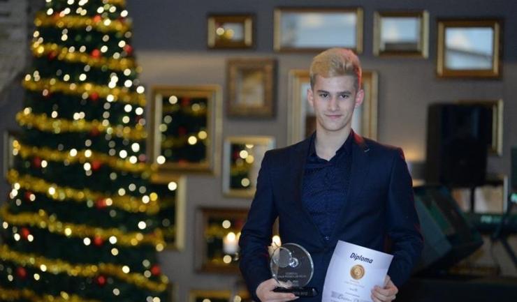 Cristian Pletea s-a vopsit blond după bronzul cucerit la CM de juniori, la fel ca și coechipierii săi