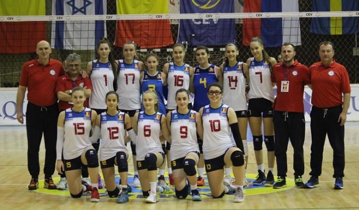 Cosmina Marinescu (numărul 9 pe tricou) și Alexandra Spînoche (nr. 15), în poza de grup a naționalei României sub 17 ani