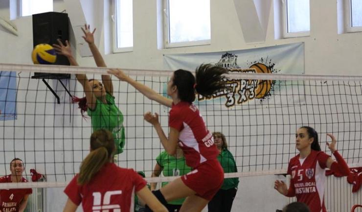 Jucătoarele de la ACS Top Volei 05 Constanța (tricouri roșii) au realizat doar 19 puncte în partida cu liderul CSU Galați