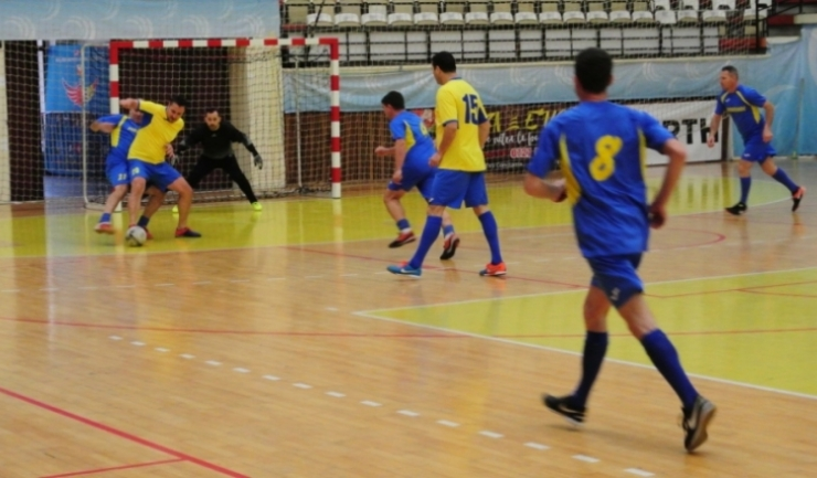 CFR-Municipal Constanţa (echipament galben-albastru) a obţinut o victorie importantă în Grupa A