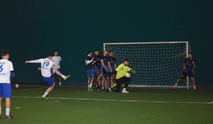 Arsenal Inel II a fost condusă cu 4-1, dar a obţinut victoria în meciul cu Inter Palas (echipament alb-albastru)