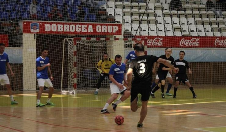 Săgeata Stejaru (în albastru-alb) nu a avut un meci ușor cu AS Cariocas