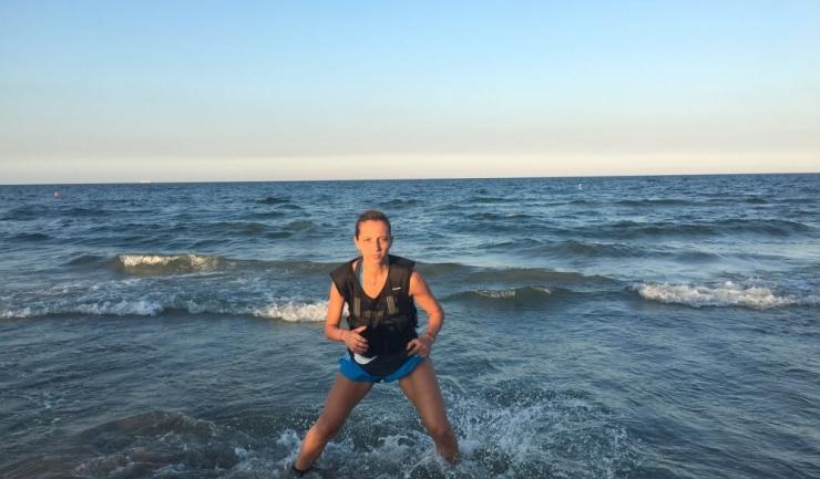 Eliza Samara se pregătește și pe plajă, și în apa mării