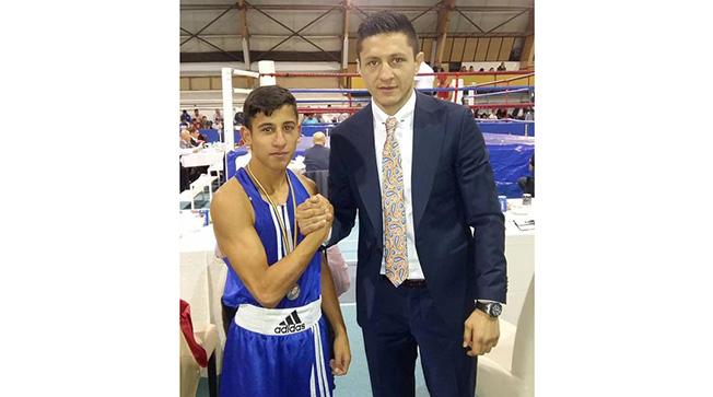 Orhan Marcu (CS Farul Constanța), felicitat de băcăuanul Ronald Gavril, unul dintre cei mai valoroși boxeri profesioniști români ai momentului