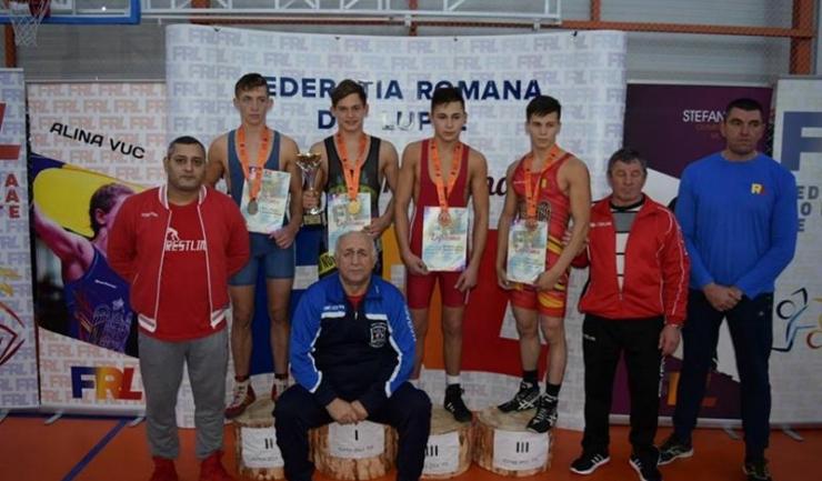 Florin Tița de la CS Farul Constanța (antrenor Grigore Gheorghe) s-a impus la categoria 55 kg