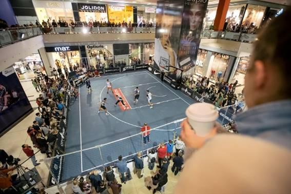Iubitorii baschetului au urmărit şi momentele de spectacol din program pregătite de organizatori