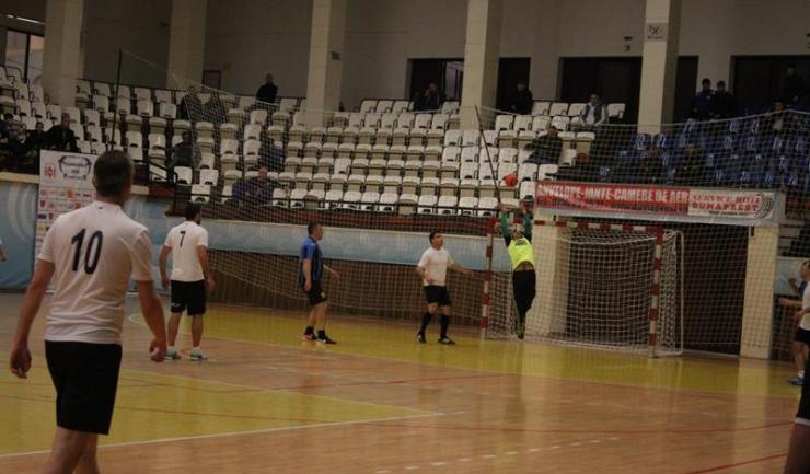 """Macedonia Ovidiu (tricouri albe) s-a calificat pentru a doua oară în istoria participărilor la Trofeul """"Telegraf"""" în semifinale"""