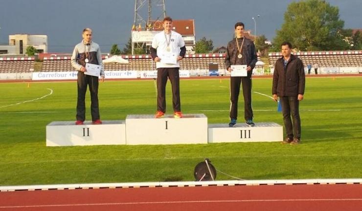 Antrenorul Alin Larion (dreapta) alături de medaliații probei de 110 m garduri: Cosmin Dumitrache (campionul, în centru), Adrian Boldeanu (stânga) și Radu Costache
