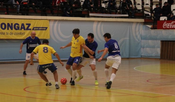 Deţinătoarea trofeului, Performer Constanţa (în galben-abastru), a ocupat prima poziţie în Grupa A