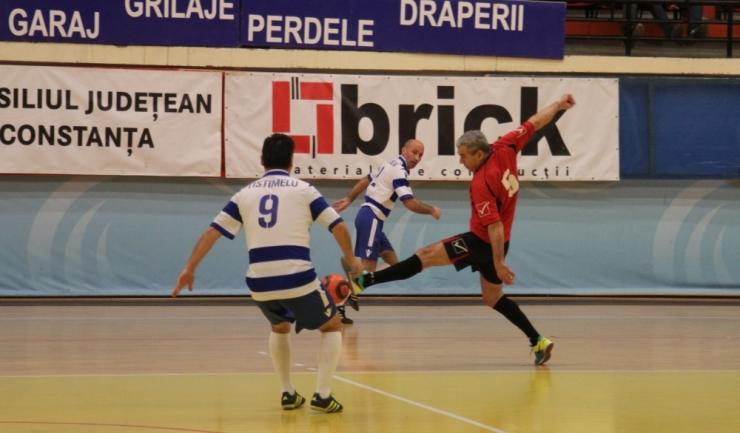 """În grupa G din turneul """"ultra old-boys"""", Tistimelu (în alb-albastru) a limitat proporţiile scorului în confruntarea cu Săgeata Stejaru"""