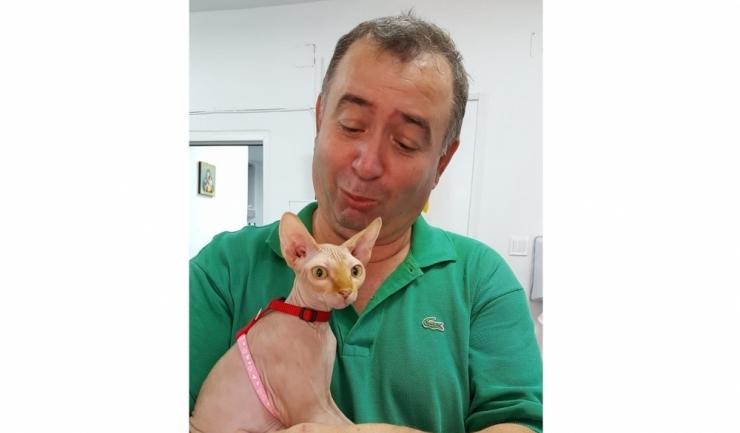 Doctorul veterinar Tache Epure, cu o felină Sphynx