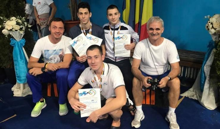 Medaliații constănțeni din proba de 200 m bras, alături de antrenorii lor