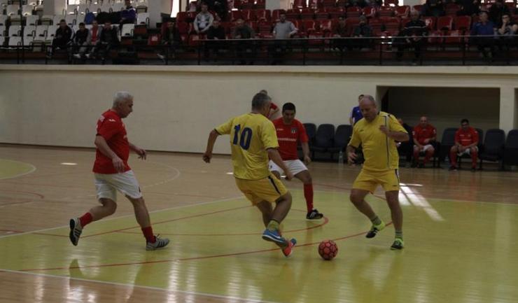 """În turneul """"ultra"""" old-boys, Municipal Constanța (în galben) a trecut de Perla Murfatlar, după prelungiri"""