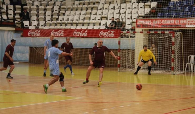 """Municipal (în bleu) a trecut mult mai greu decât se preconiza de CS Mihail Kogălniceanu în grupa F din turneul """"ultra old-boys"""""""
