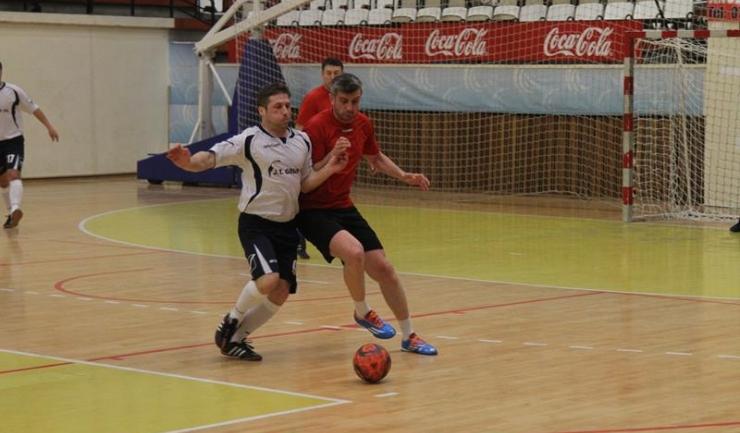 Macedonia Ovidiu (în roşu-negru) s-a impus la limită în meciul cu FC Năvodari, din grupa D