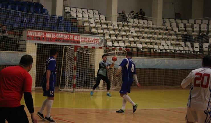 ASC Săgeata Stejaru s-a impus la limită în confruntarea cu FC Năvodari (în albastru)