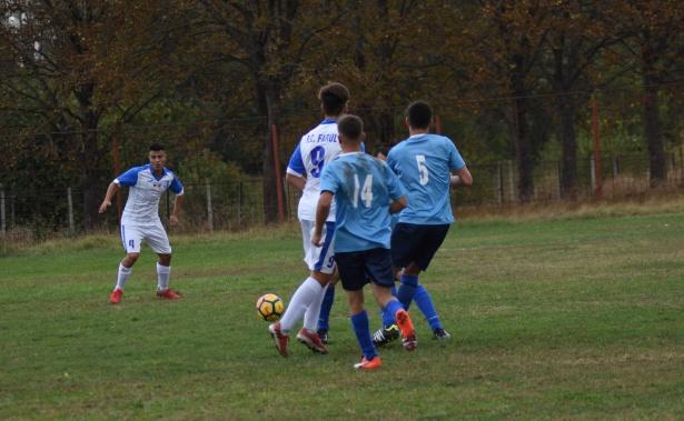 Și juniorii de la FC Farul (în alb-albastru) au câștigat fără probleme