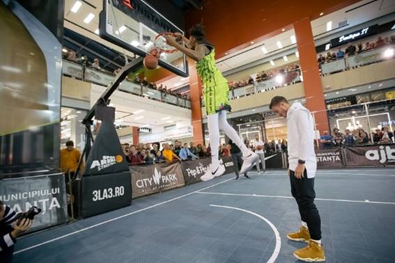 Carlo Casap l-a lăsat pe Deondre Ray să zboare peste el pentru un slam-dunk