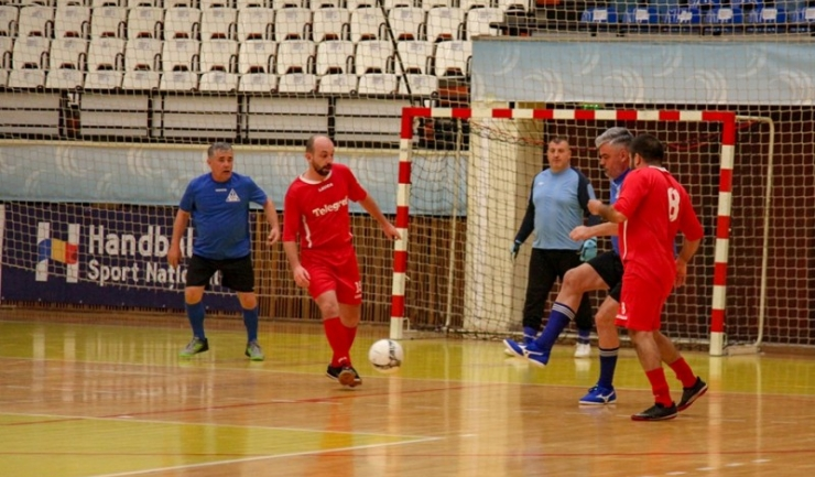 Silviu Petre (echipament roşu, la minge) a înscris trei goluri pentru Telegraf în meciul pentru locurile 9-10