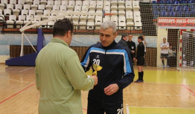 Dimciu Anagnoste, căpitanul Săgeții Stejaru, a primit cupa acordată ocupantei locului al treilea