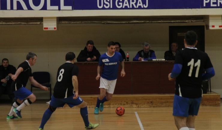 Campioana en titre, Săgeata Stejaru (tricouri albastre) a trecut fără probleme de Victoria Mihai Viteazu, în grupa B din turneul principal