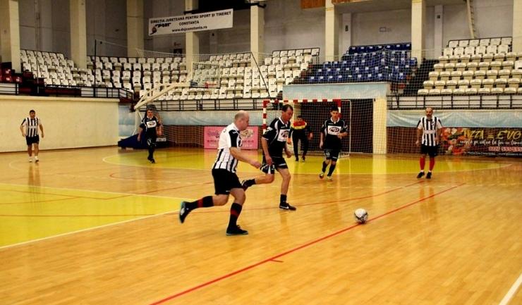 În Grupa B, Vulturii Cazino Constanţa (echipament negru) continuă lupta pentru calificarea în semifinale