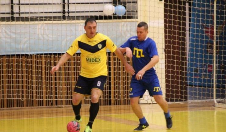 Dorel Zaharia (echipament galben-negru) a marcat primul gol pentru AS FCS Old-Boys 2017 Năvodari la actuala ediţie