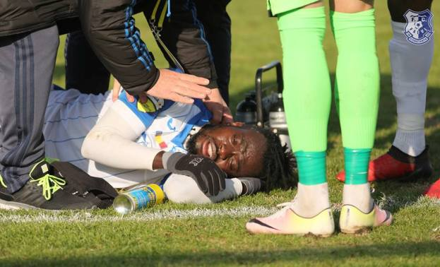 Accidentarea lui Kwadwo Twumasi i-a ţinut cu sufletul la gură pe jucători şi suporteri (sursa foto: Facebook FC Farul Constanţa)