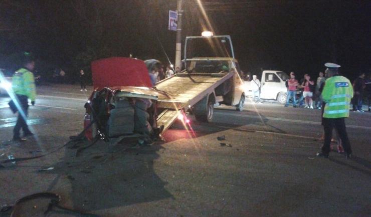 Lucrătorii de la serviciul de tractări ridică ce a mai rămas din mașinile distruse.