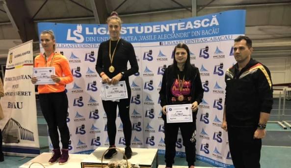 Andreea Lefcenco (locul 1) şi Bianca Șiangă (locul 3), pe podiumul probei de triplusalt, alături de antrenorul Alin Larion (sursa foto: Facebook Alin Larion)