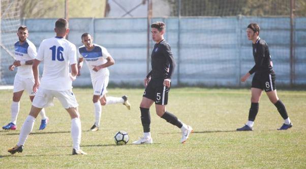 CS Medgidia (în alb) a susţinut un meci amical cu FC Viitorul U17 (sursa foto: Facebook Academia de fotbal Gheorghe Hagi)