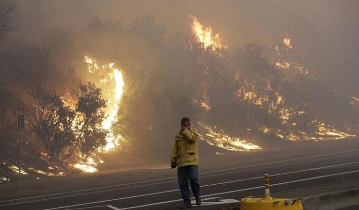 Pompierii din California nu reușesc să facă față incendiilor violente din ultimele zile