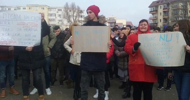 """Părinți și profesori de la Colegiul Tehnic de Marină """"Alexandru Ioan Cuza"""" au protestat împotriva ideii autorităților de a muta sediul unității de învățământ pentru a face loc Liceului Militar de Marină"""