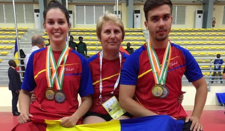 Alina Zaharia (stânga, alături de antrenoarea Elena Sebe și de Alexandru Manole) a adus României două medalii în concursul francofon de tenis de masă