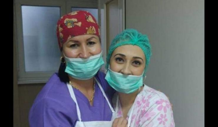 Chirurgul fără liceu Raluca Bârsan (dreapta), într-o fotografie postată pe Facebook de dr Roxana Al Momani cu textul