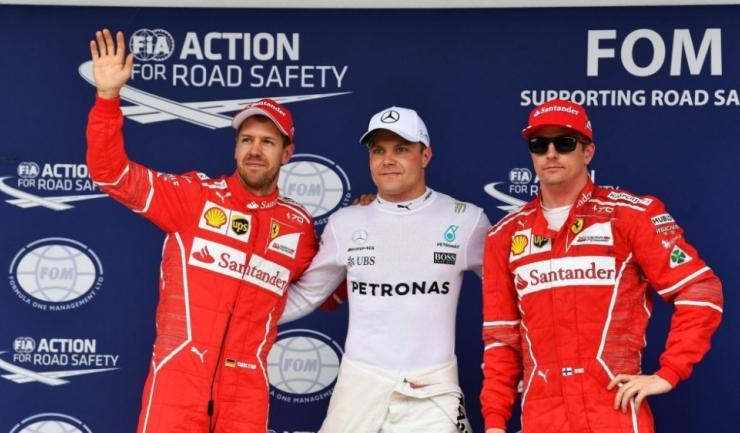 Valtteri Bottas (în centru) a fost urmat de cei doi piloți Ferrari în calificările de la Interlagos