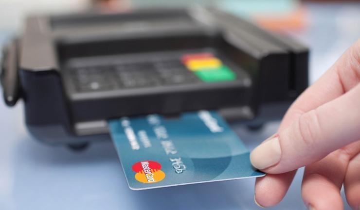 Românii plătesc tot mai des cu cardul, și-n țară, și-n străinătate
