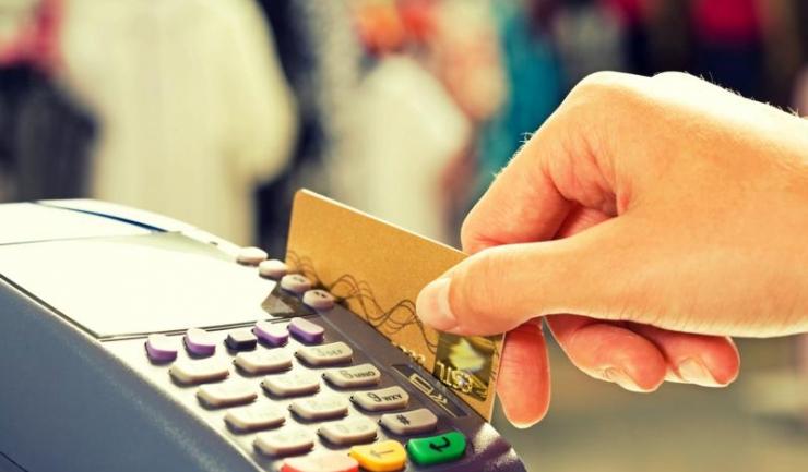 Plățile cu cardul au însumat 7,6 miliarde lei, în primul semestru, și sunt de cinci ori mai mici decât retragerile