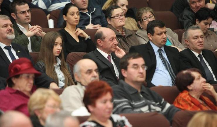 Traian Băsescu (centru) va afla vineri, de la Tribunalul București, dacă MP va rămâne înscrisă în Registrul Partidelor Politice
