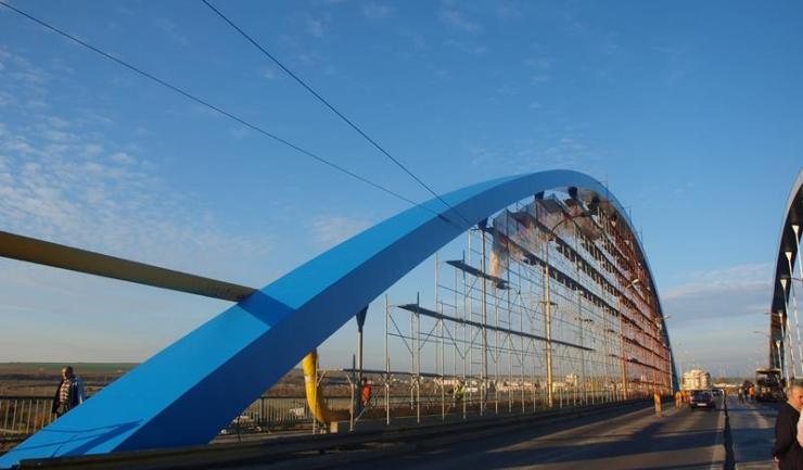După multe cârpeli și lucrări insuficiente de întreținere, podul rutier din Medgidia capătă o față nouă