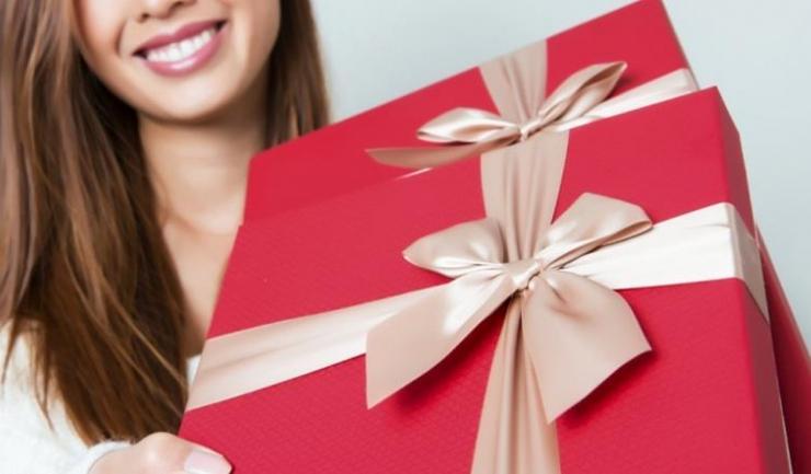 Șase din zece români spun că ar cheltui mai mulți bani pe cadouri pentru cei dragi, dacă ar avea de unde
