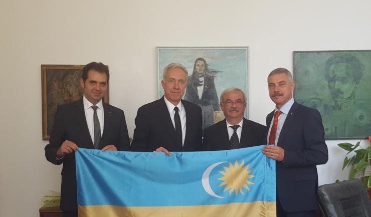 Fotografia în care ambasadorul SUA la Bucureşti, Hans Klemm, apare cu steagul secuiesc i-a revoltat pe politicienii români